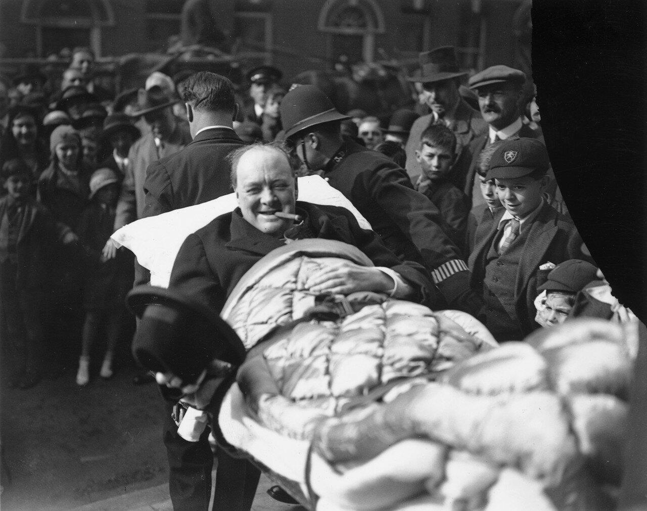 1931. Уинстона Черчилля переносят на носилках в дом после того как его сбила машина. Нью-Йорк
