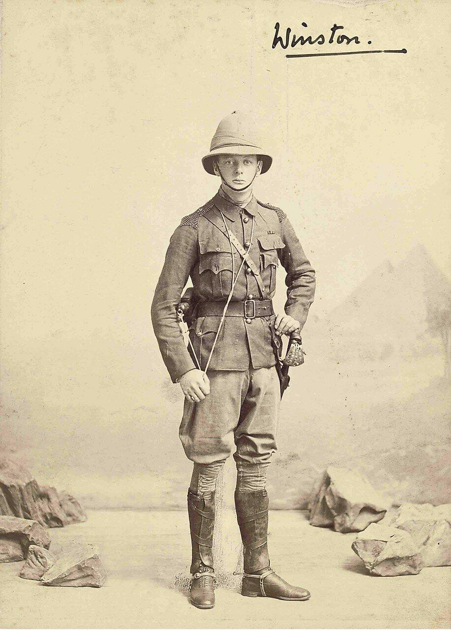 1898. Студийный портрет Черчилля в тропической форме с пробковым шлемом