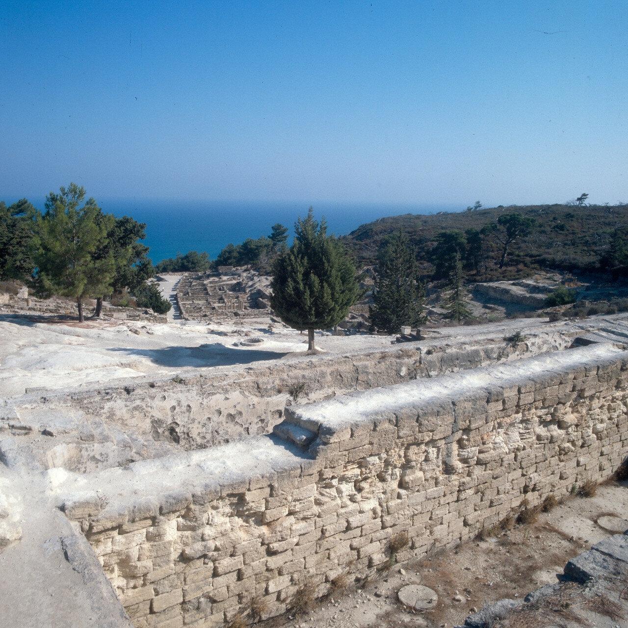 Камирос. Резервуар для сбора дождевой воды. Его создание относят к VI в. до н. э. Его объёма в 600 куб. м, по подсчётам, хватало для обеспечения водой примерно 400 семей. Резервуар был оснащён системой труб