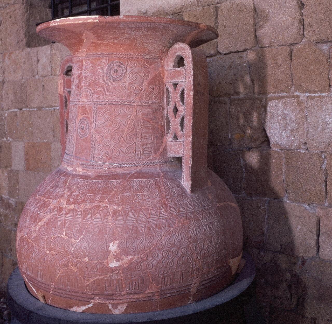 Родос. Новая больница госпитальеров (ныне археологический музей). Пифос  из некрополя Камироса