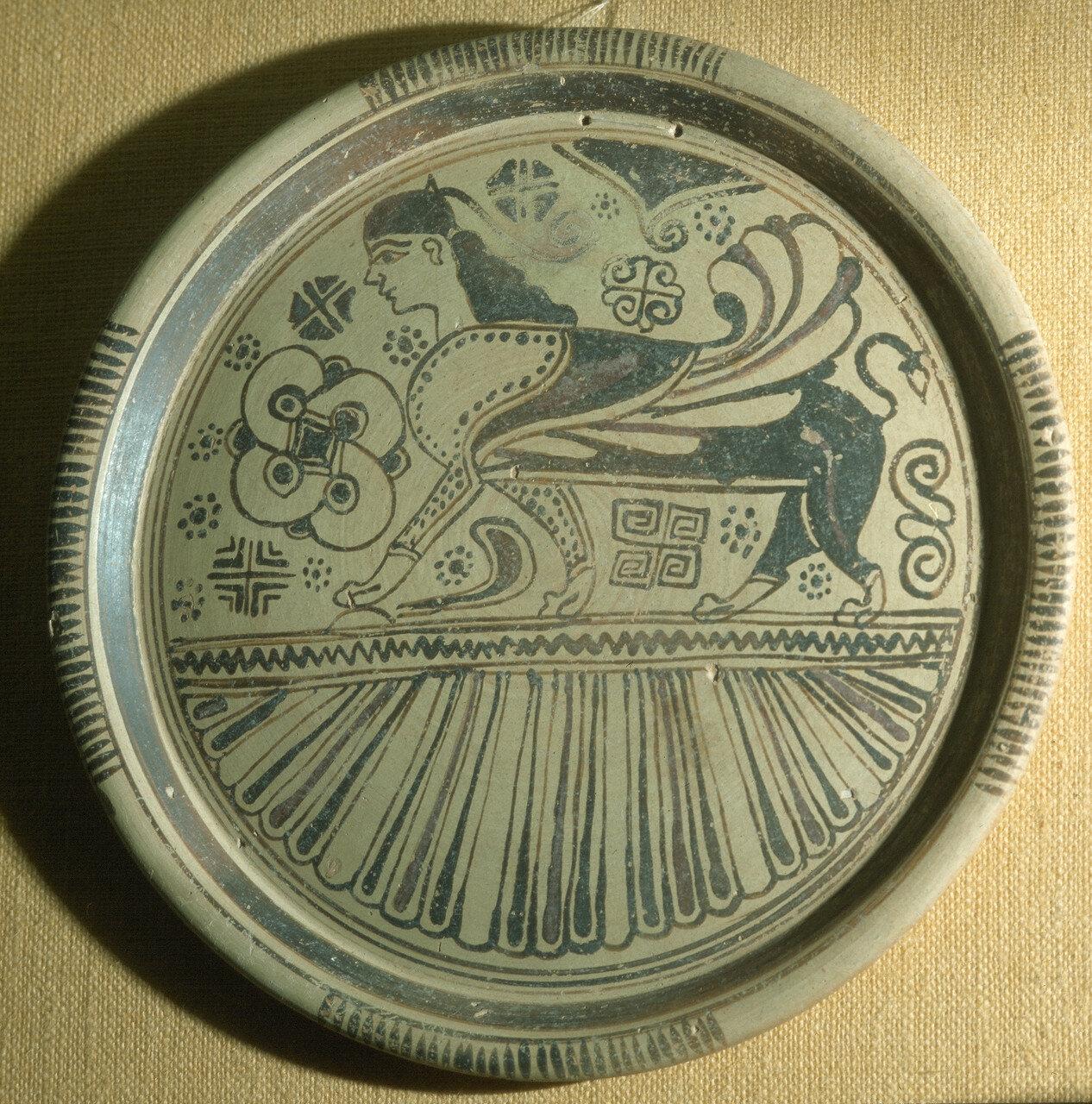 Родос. Археологический музей. Блюдо в восточном стиле с изображением крылатого сфинкса. Из Камироса