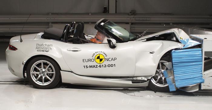 Спортивный родстер Mazda MX-5 после фронтального удара на скорости 64 км/ч. Автор публикации