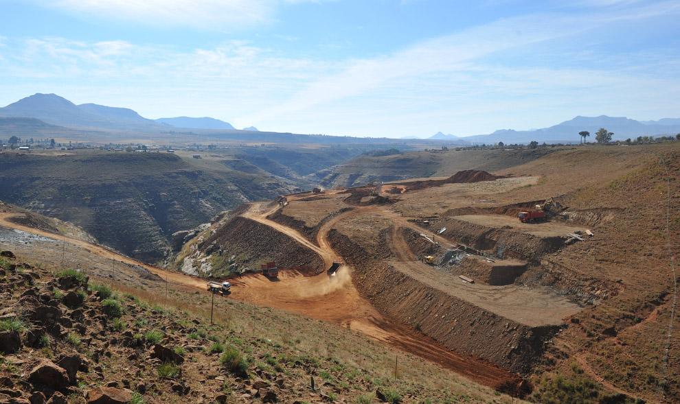 Еще одна плотина в Лесото, 11 декабря 2005. Вторая по величине в Африке. (Фото Christian Woertz
