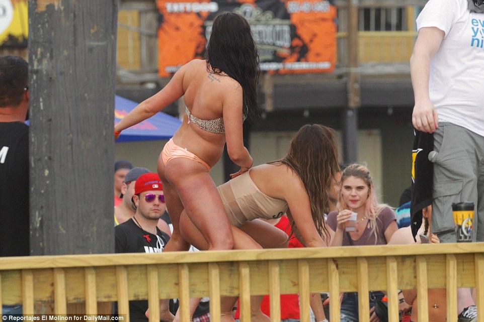 Напившись, девушки падают со сцены.