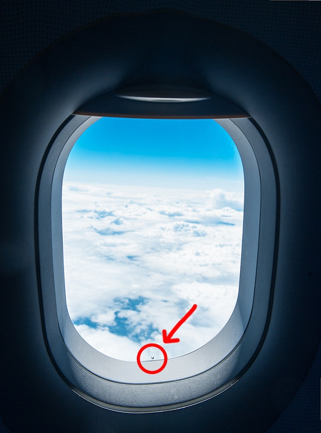 Отверстие в окнах самолета Для иллюминатора в самолетах используются несколько слоев прочного прозра