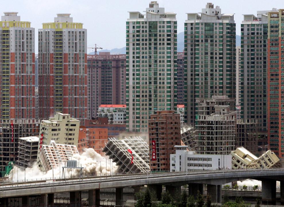 12. Эффектный контролируемый снос в китайской провинции Юньнань, 25 декабря 2011. (Фото China D