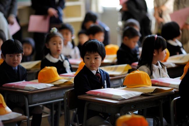 © carlosbarria / reuters.com  Японские школьники несдают экзаменов до4-го класса (когда ими