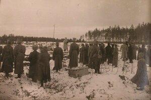 Великий князь Михаил Александрович фотографирует офицеров и представителей научных организаций, принимавших участие в испытаниях на полигоне у завода Шульца.