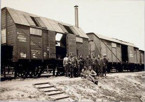 Солдаты у вагонов, оборудованных под кузницу и столярную мастерскую.