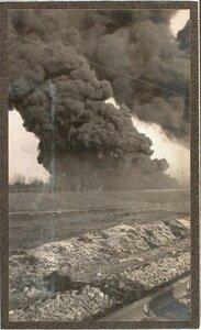 Пожар вблизи железнодорожного полотна, возникший после взрыав емкости с бензином.