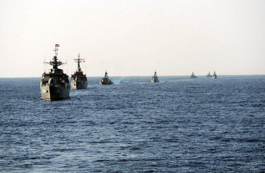 Иранские баркаса отогнали корабль ВМС США
