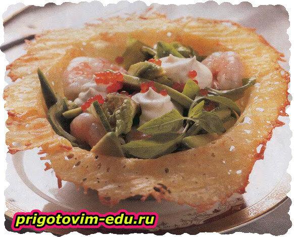 Креветочный салат в сырной корзиночке