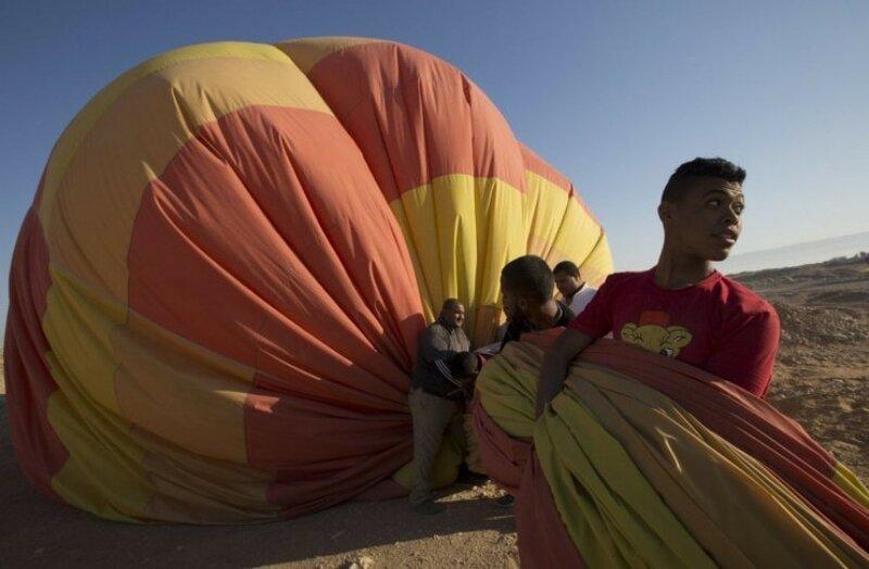 1 апреля 2016 года члены основного экипажа собираются на воздушном шаре после тура по западному берегу реки Нил, в Луксоре, Египет. С первыми лучами солнца армированные плетеные корзины, наполненные людьми, направляются в небо над Луксором, Египет. Поездка длится около 20 минут, до того, как пилот начинает искать зону для безопасной посадки.