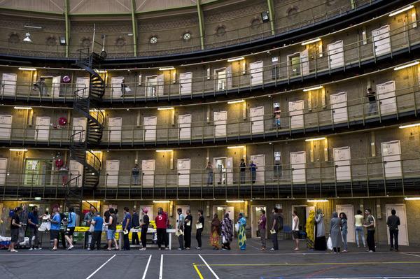 В Нидерландах беженцам предоставили жильё. В тюрьме.