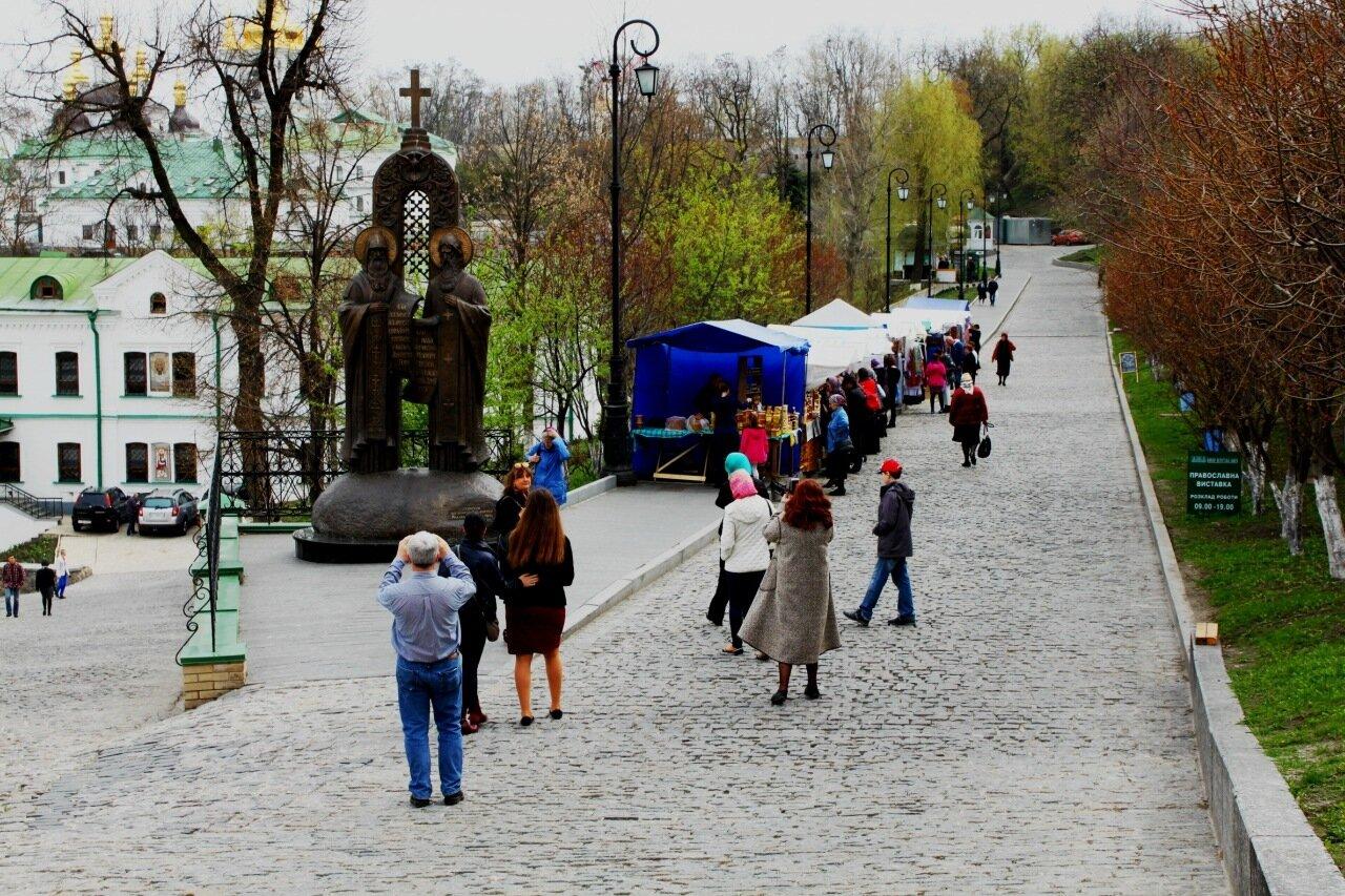 Памятник Антонию и Феодосию на Ближнепечерской улице