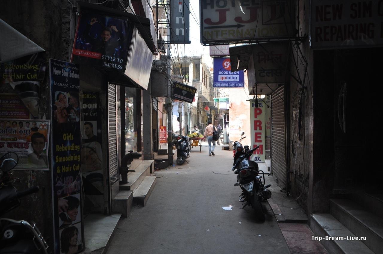 Непбольшая улочка в районе Main Bazar в Дели