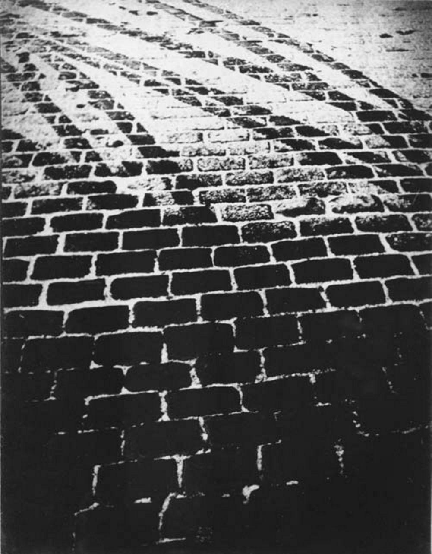 1933. Парижская брусчатка