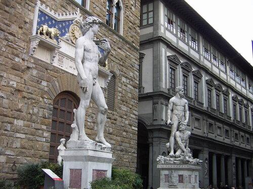 Статуи Давида и Геркулеса на площади Синьории во Флоренции