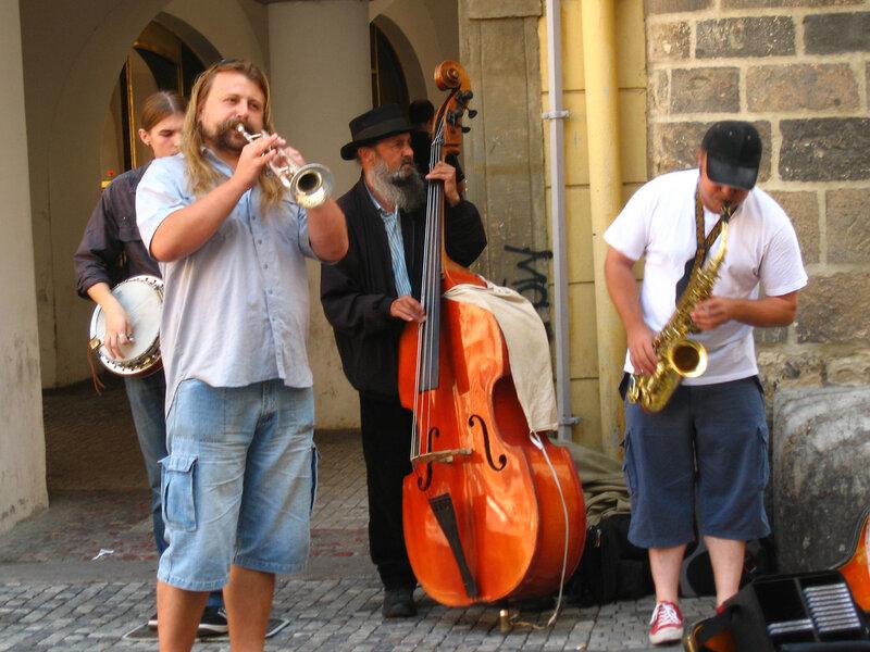 Мир уличных музыкантов - особое ответвление музыкального мира со своими законами и традициями, кумирами и легендами.