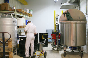 в этом чане тонна ароматической смеси, для изготовления 6000 литров парфюма