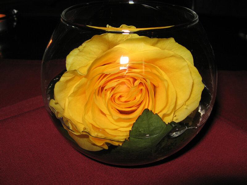 К тому же - очень просто и легко.  Сквозь тонкое стекло лучится нежный свет.  А фоном - розы служат.