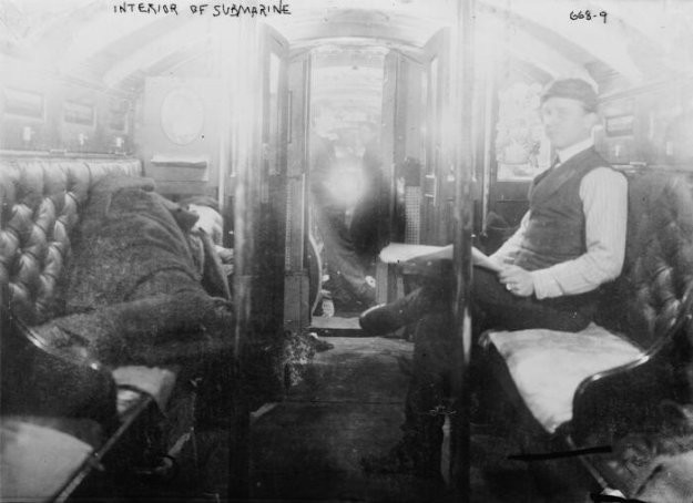 1902 Довольно комфортабельное место для отдыха в подводной лодке Protector.jpg