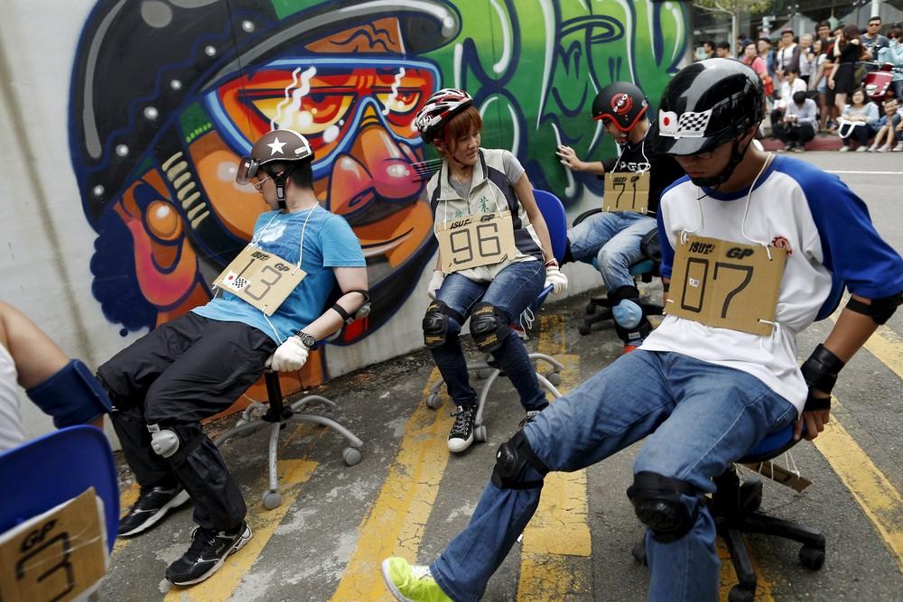 Гонки на офисных стульях в Тайнане