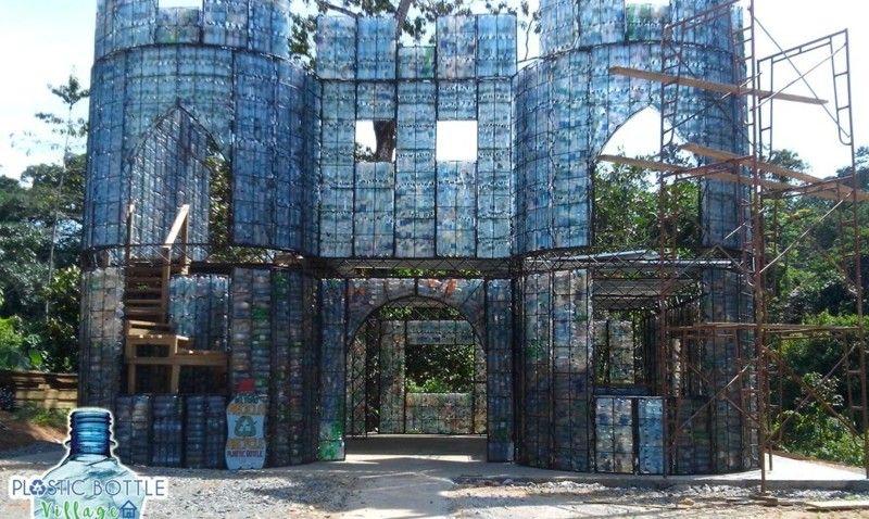 Симпатичные дома из пластиковых бутылок