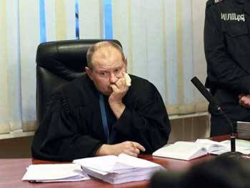 Подозреваемый во взяточничестве судья Чаус не вышел из отпуска на работу