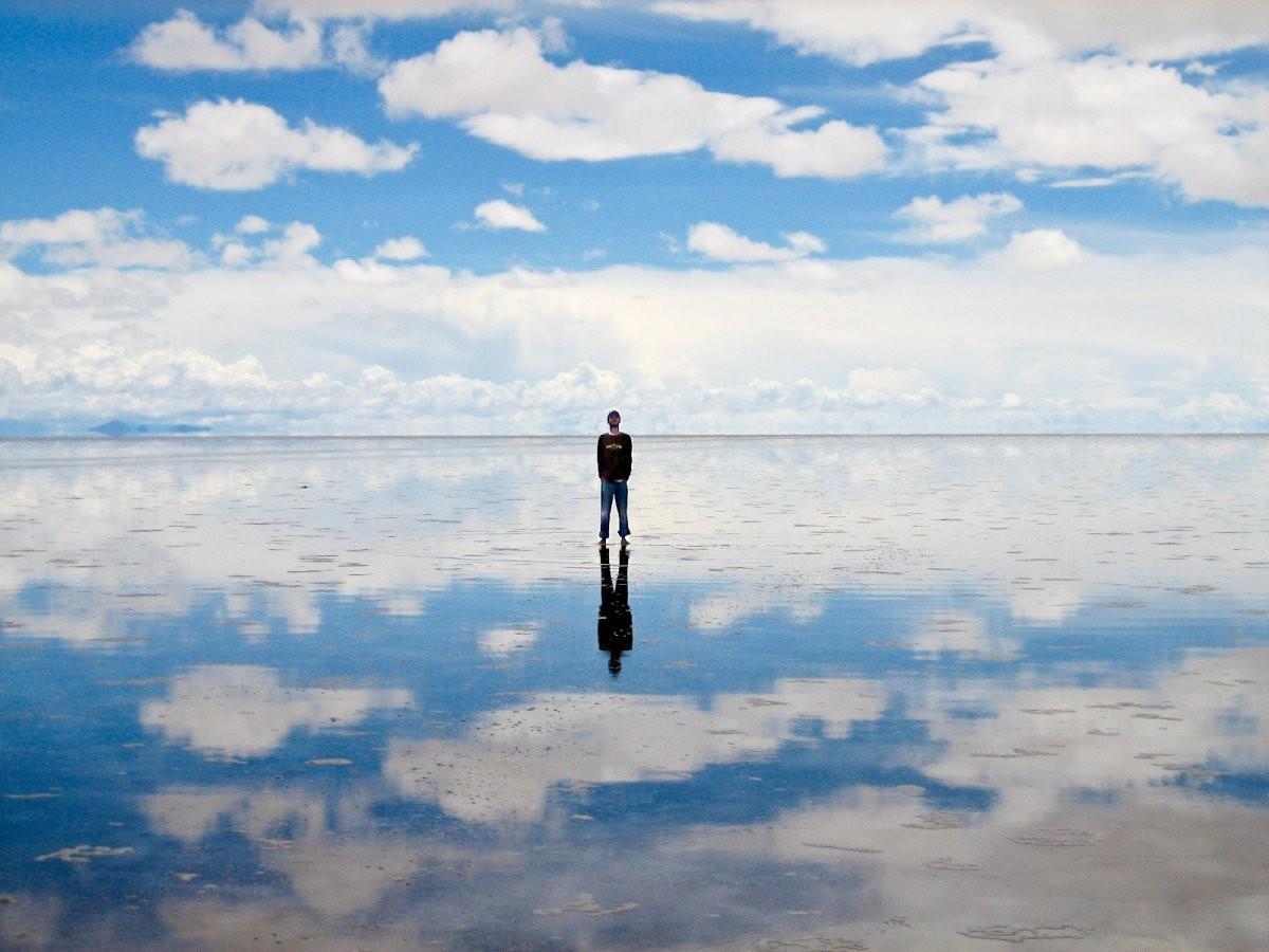 36. Прогуляйтесь по солончаку Уюни, пересохшему соленому озеру в Боливии.