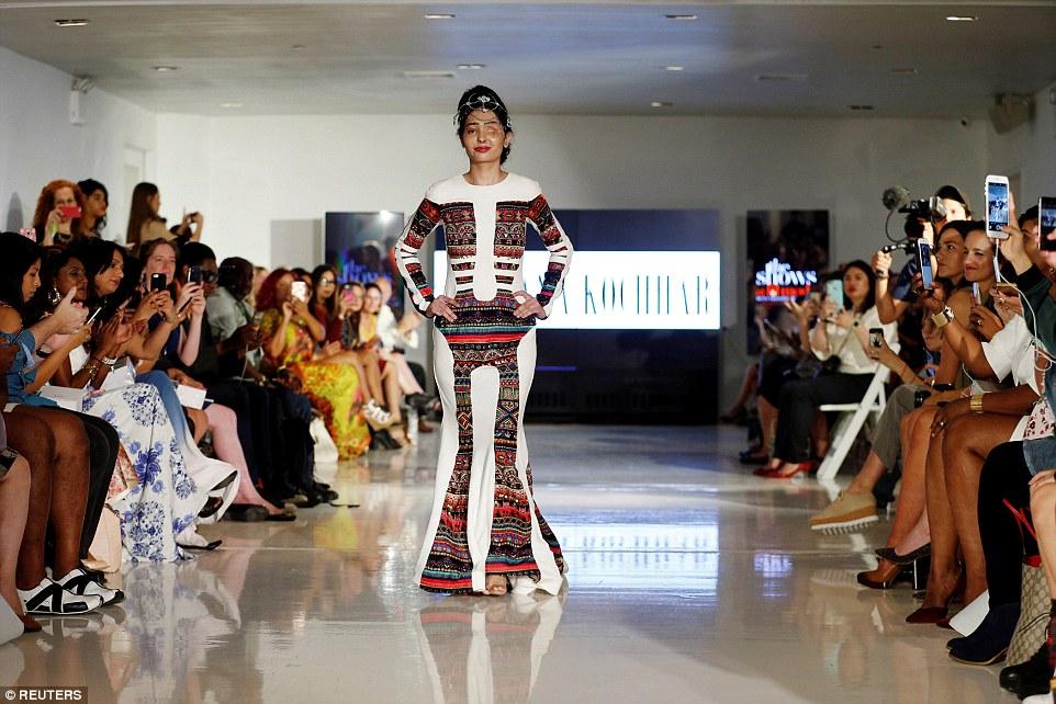 Индийская модель и жертва атаки кислотой Решма Куреши демонстрирует платье из весенне-летней коллекц