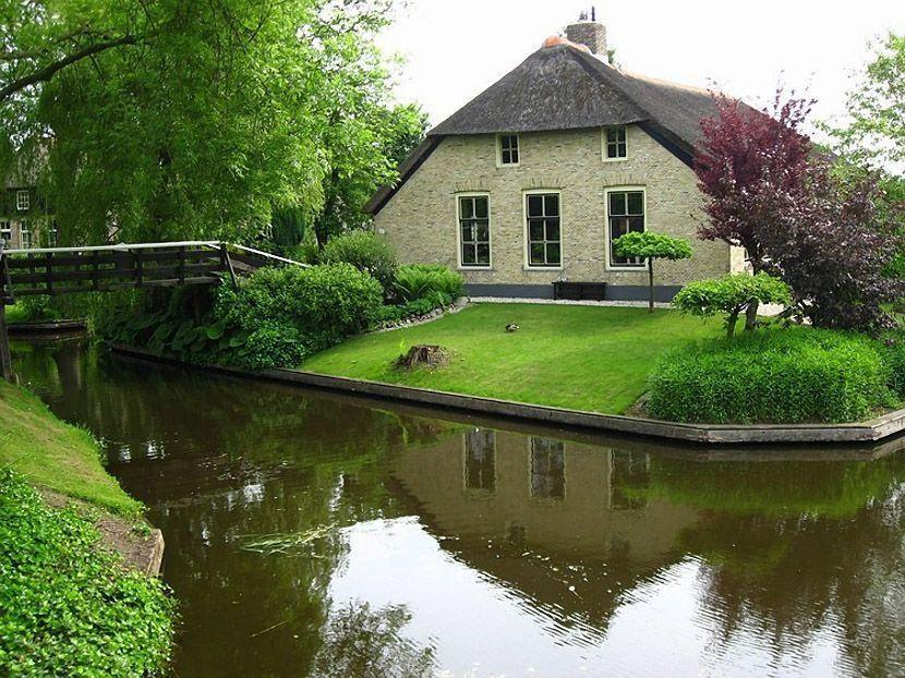 2. В основном дома расположены на островках и соединены деревянными мостами (по всей деревне их боле