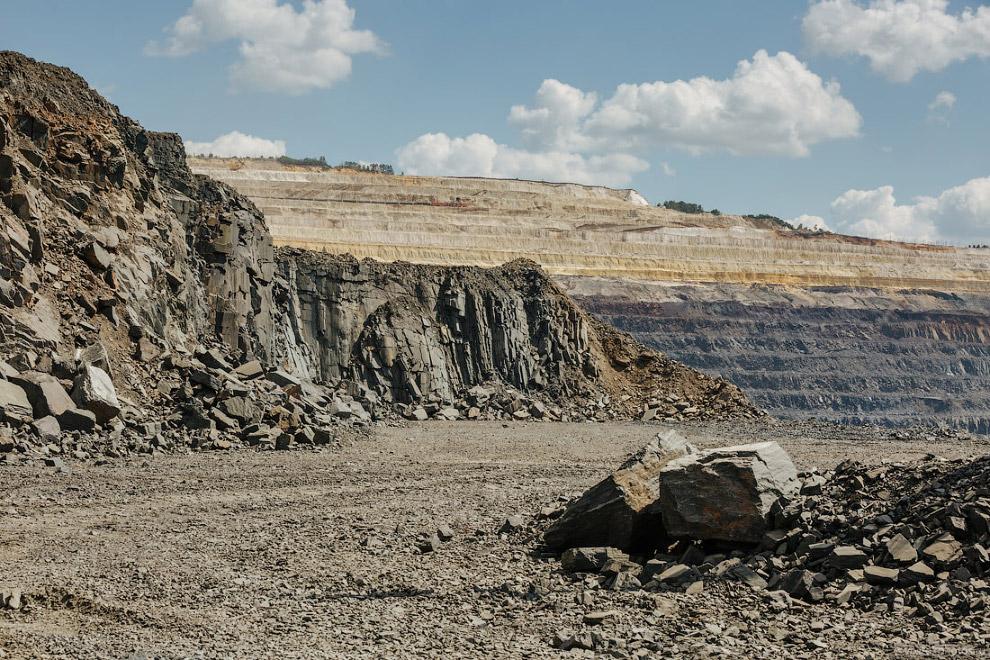 35. Богатой железной руды в карьере Стойленского ГОКа уже мало. Она покрывала не очень толстым