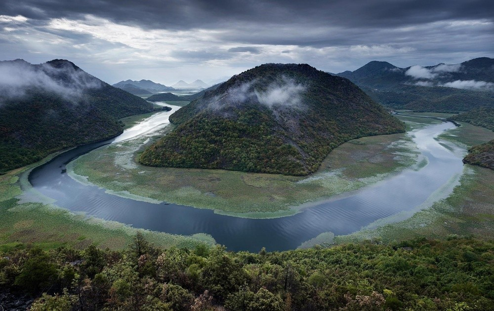 Даже плохая погода этому краю к лицу: ненастный день на Скадарском озере. © Jonathan Andrew