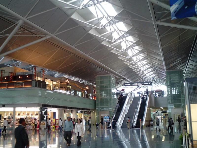 В этом аэропорту пассажиры могут расслабиться в традиционной японской бане, из окон которой можно по