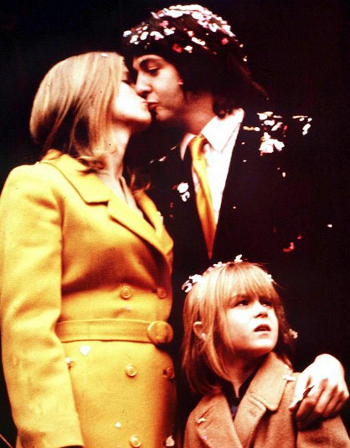 Пол и Линда Маккартни в день своей свадьбы в 1969 году.