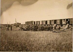 Солдаты разгружают полевой железнодорожный парк.
