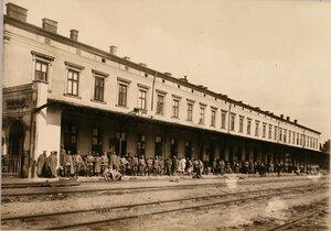 Солдаты у здания станции, от которой происходила перешивка на широкую колею участка (дост. Заболотце).