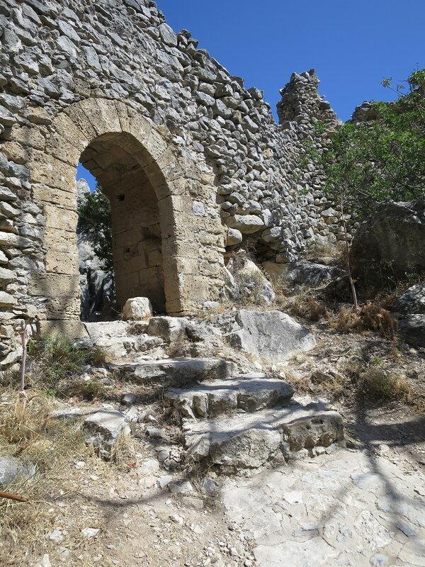 Св. Илларион. Входная арка верхнего замка 25