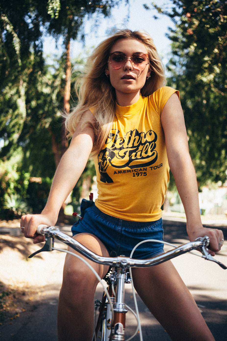 На велосипеде и в бассейне - Фара Холт / Farah Holt - Off The Rails Magazine