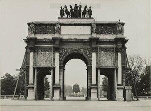 1918. Защита памятников Парижа во время войны. Мешки с песком защищающют триумфальную арку на площади Карузель. Вид в сторону сада Тюильри