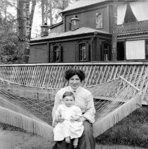 1904. Вешняки. Надежда Исааковна с дочкой в гамаке