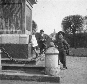 Дети у постамента обелиска в честь Екатерины II