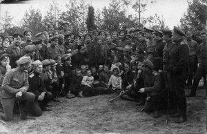 Солдаты с местными детьми