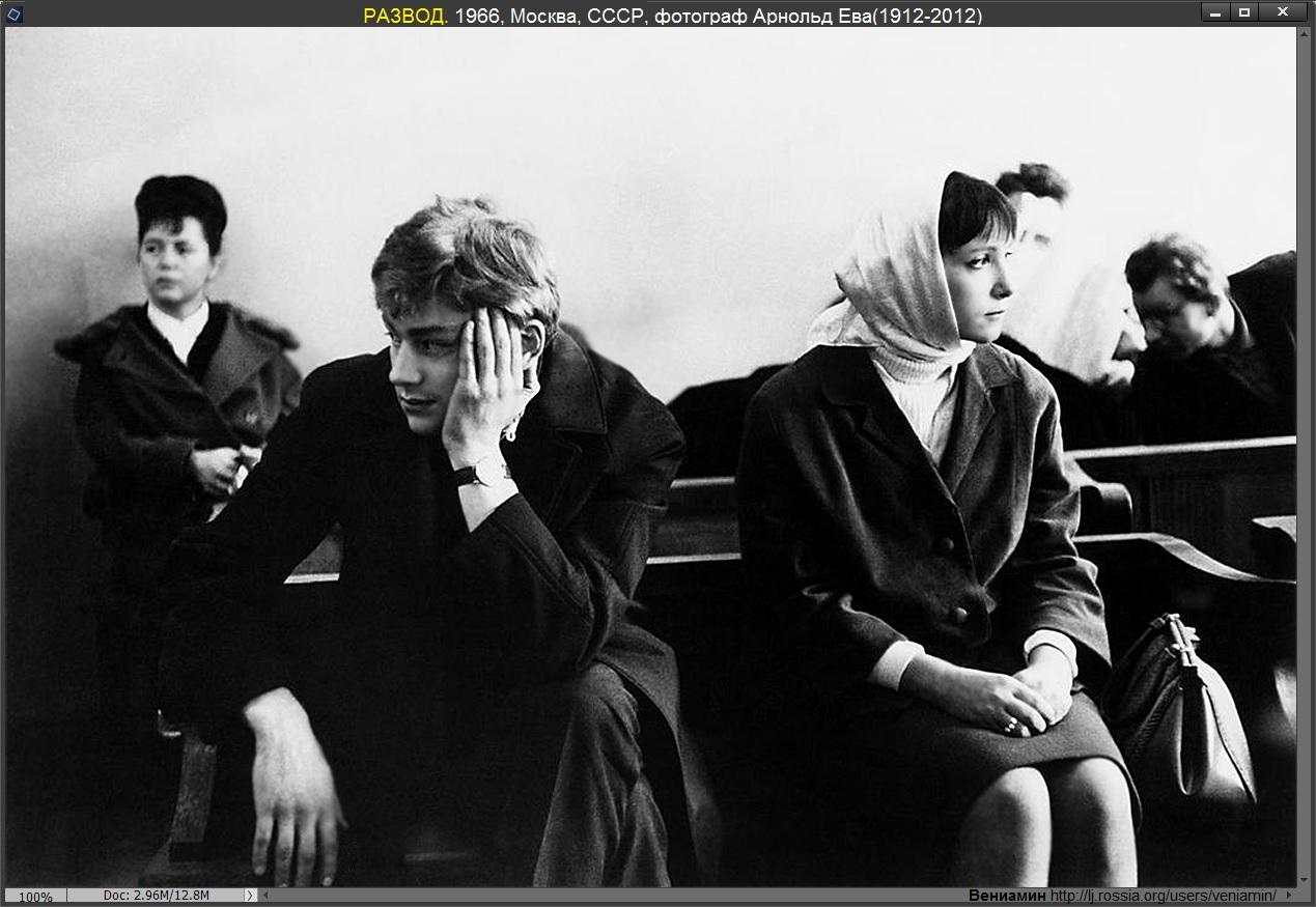 Энди Уорхол на выставке в Нью-Йорке открывает его новую работу. 1984, фотограф Ева Арнольд (1912-1-2012)