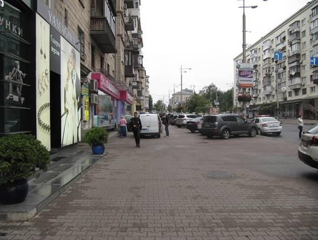 Мужчина с ножом набросился на кассира пункта обмена валют в центре Киева. ФОТО