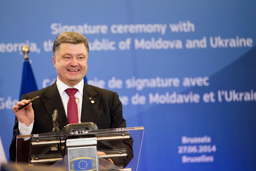 Порошенко на подписании экономической части ассоциации Украины и ЕС 27 июня 2014 года.png