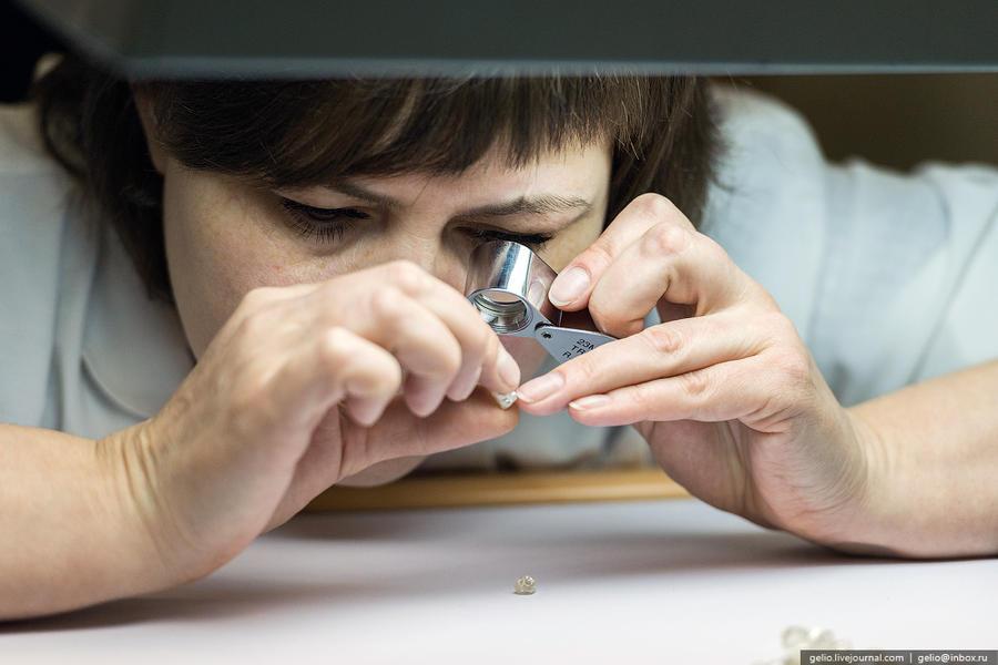 64. Форму, качество и цвет кристаллов определяют оценщики при помощи луп и микроскопов.