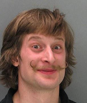 Этот подозреваемый, кажется, счастлив.