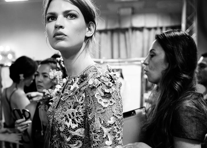 Обратная сторона моды: что скрывает подиум (14 фото)